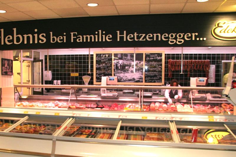 Fleischtheke mit zeitlichen regionalen Angeboten